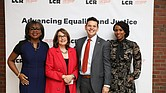 Iván Espinoza-Madrigal (en el centro) posa junto a Anita Hill, la jueza Nancy Gertner y la congresista Ayanna Pressley en la gala de aniversario número 50 de Abogados por los Derechos Civiles, en Boston.