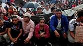 MIGRACIÓN. Cientos de hondureños durante su espera sobre el puente entre Tecún Umán (Guatemala) y México, el domingo 21 de octubre