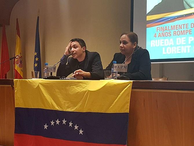 Expreso político venezolano, Lorent Saleh, junto a su madre en rueda de prensa.