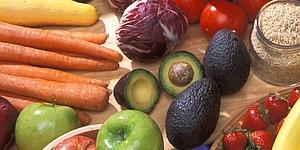 Los investigadores de Harvard indican que la mitad de su plato debe estar conformado por frutas y vegetales.