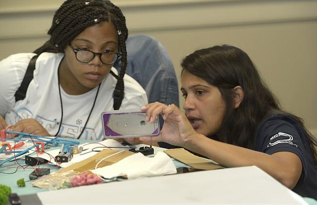 Mujeres. Las jóvenes estudiantes que participaron durante una semana en un programa de aproximación a la ciencia, tecnología, ingeniería y matemáticas, auspiciado por Pepco, solo para jóvenes mujeres.