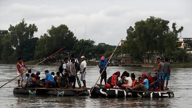 ESFUERZO. Bajo condiciones climatológicas poco favorables, la caravana de inmigrantes continúa su camino.