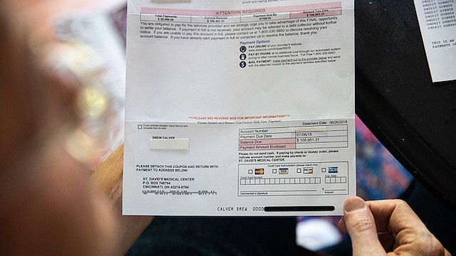 La cuenta total de Drew Calver por ser atendido luego de un ataque cardíaco durante cuatro días en el St. David's Medical Center en abril de 2017 fue $164,941. Su aseguradora pagó $55,840, pero el hospital le facturó un remanente $108,951.31.