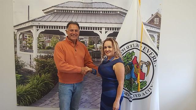 Lucy Pineda se juramentó como miembro del Consejo Cultural de Everett