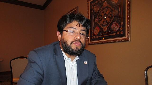 CANDIDATO. Canek Aguirre podría convertirse en el primer latino dentro del concejo de Alexandria.
