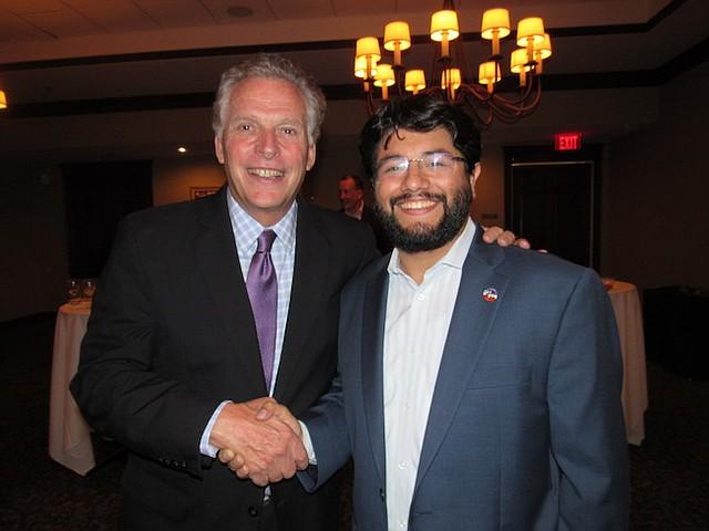 EX GOBERNADOR. Canek Aguirre y el ex gobernador de Virginia, Terry McAuliffe, durante una cena de gala.