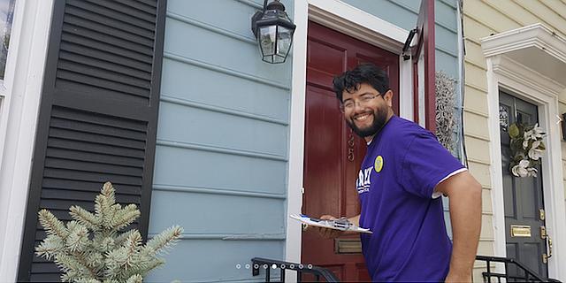CAMPAÑA. Canek Aguirre tocando puertas en los vecindarios.