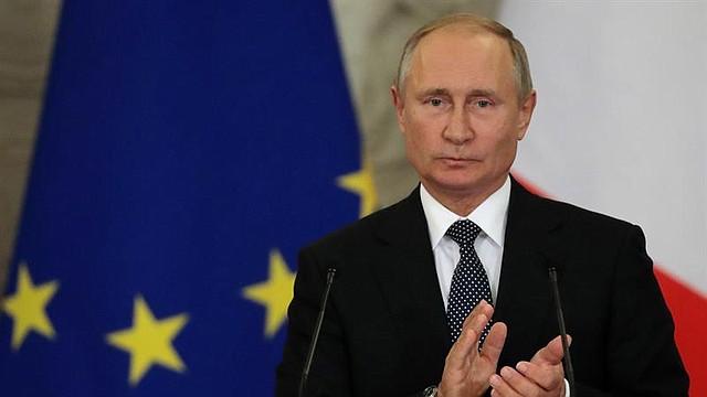 RUSIA. El presidente Vladímir Putin y el primer ministro de Italia, Giuseppe Conte (fuera de la imagen), ofrecen una rueda de prensa tras una reunión con empresarios en el Kremlin de Moscú, el 24 de octubre de 2018
