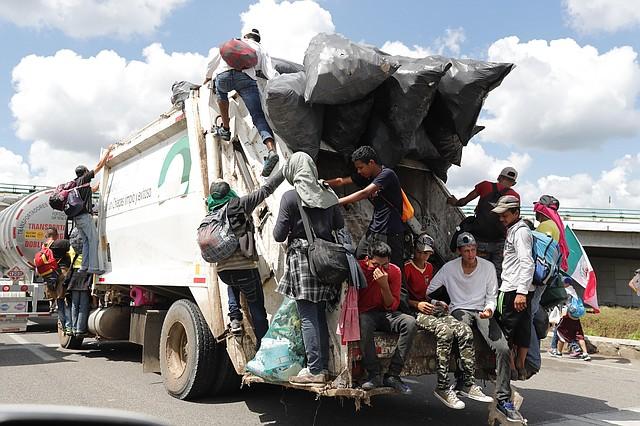 TRAVESÍA. Bajo condiciones climatológicas poco favorables, la caravana de inmigrantes continúa su camino.