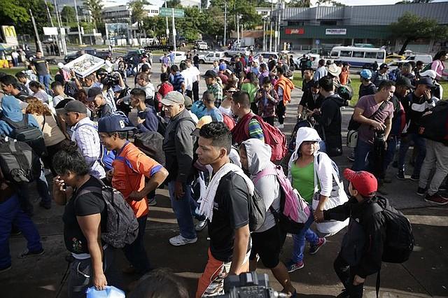 EL SALVADOR. Migrantes salvadoreños inician su recorrido hoy, domingo 28 de octubre de 2018, desde la Plaza El Salvador del Mundo, en San Salvador