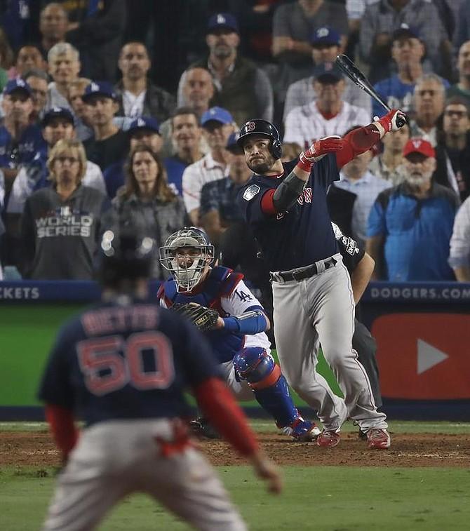 Steve Pearce descarga un tubey empujador de tres carreras ante los Dodgers, en el cuarto juego de la Serie Mundial