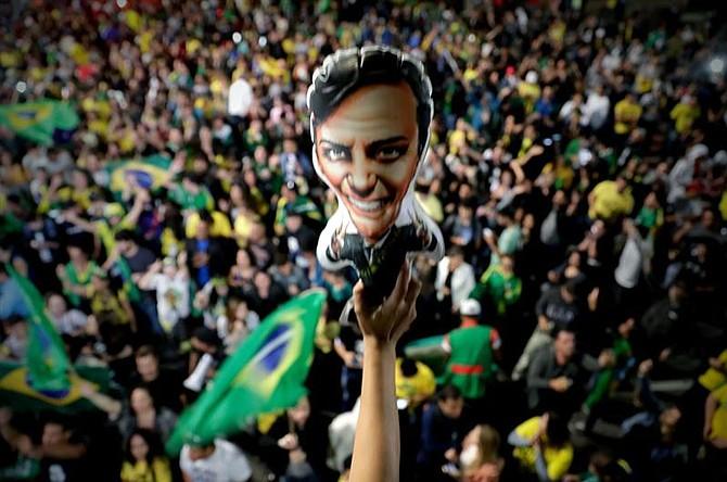 COMICIOS. Simpatizantes del candidato a la presidencia de Brasil Jair Bolsonaro celebran su victoria, el domingo 28 de octubre de 2018, en la avenida Paulista, en Sao Paulo