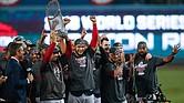 Alex Cora alza el trofeo de campeón de la Serie Mundial, rodeado de sus jugadores