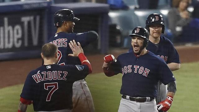 Steven Pearce reacciona a su segundo jonrón de la noche, en el quinto juego de la Serie Mundial de 2018, ante los Dodgers