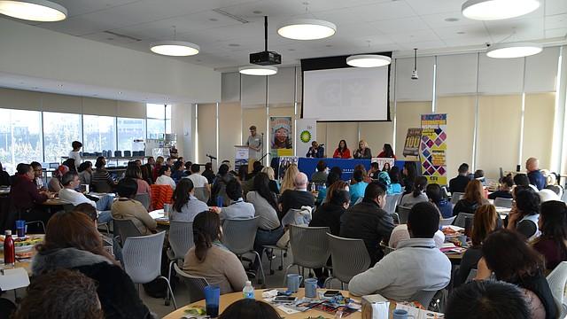 FORO. Profesionales compartieron sus historias de éxito con estudiantes de Carlos Rosario y los motivaron a seguir estudiando.