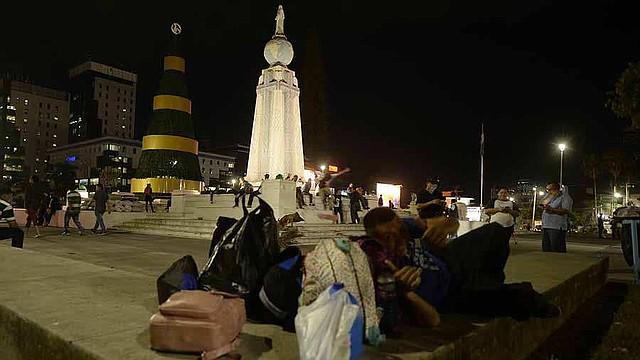 Llevan maletas, agua, comida y dormíran en los alrededores del Salvador del Mundo.