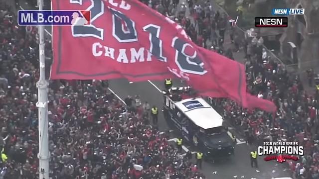Una toma del desfile, con calles atiborradas de aficionados de los Medias Rojas
