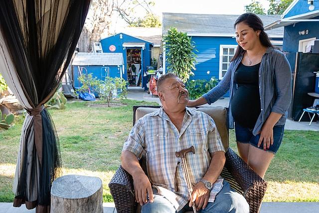 Jose Nuñez dijo que él y su hija Diana se turnaron para llamar a Medicaid, y esperar horas mientras alguien los atendía, luego que cancelaran dos veces la cirugía de su ojo. Nuñez esperó tres meses para que su aseguradora aprobara la operación, contó. Para ese momento, su retina se había deteriorado y casi queda ciego de un ojo.