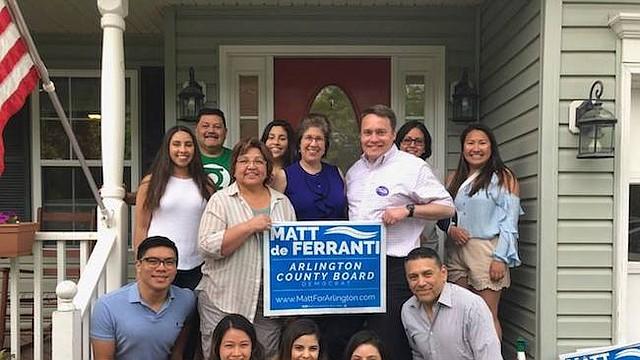 Candidato. Matt de Ferranti, candidato demócrata a la Junta del condado de Arlington, acompañado por algunos de sus simpatizantes.