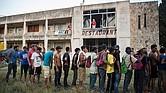 MÉXICO. Integrantes de la caravana de migrantes centroamericanos hacen fila para recibir alimentos en el municipio de Matías Romero, estado de Oaxaca