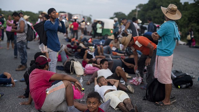 CARAVANA. Migrantes viajando en una caravana hacia la frontera de Estados Unidos descansan en la carretera en San Pedro Tapanatepec, México.