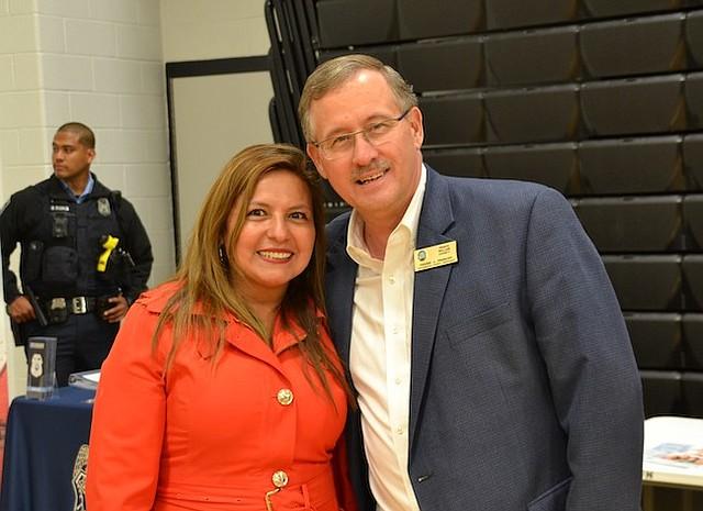 DIVERSIDAD. La representante Elizabeth Guzmán y el miembro de la Junta de Woodbridge, Frank Principi, quieren ver más diversidad en los gobiernos locales del norte de Virginia.