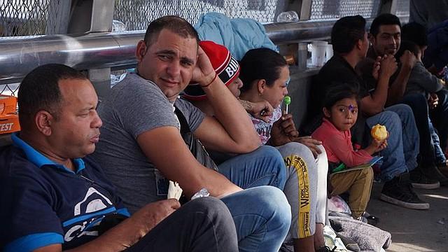 MÉXICO. Inmigrantes centroamericanos y cubanos permanecen en el puente internacional de Santa Fe, en Ciudad Juárez, a la espera de ser recibidos por autoridades migratorias estadounidenses, el lunes 29 de octubre de 2018