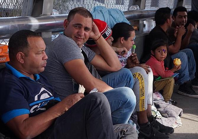 Cubanos quieren cruzar hacia EE.UU. antes de que llegue la caravana de centroamericanos