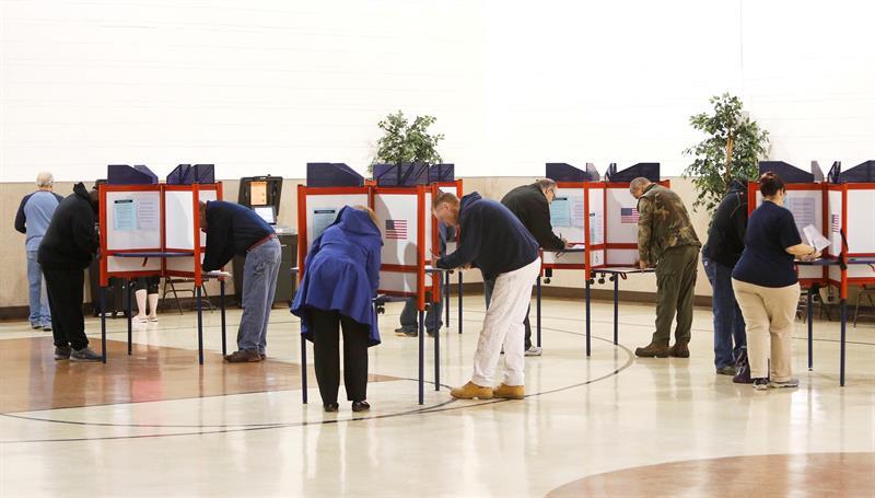 COMICIOS. Estadounidenses emiten su voto en un colegio electoral en el municipio de Franklin, en Ohio, el 6 de noviembre de 2018