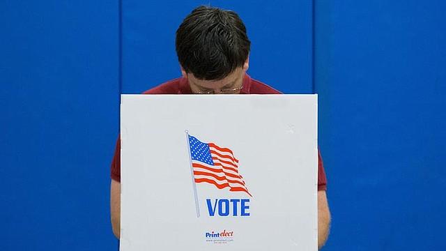 ELECCIONES. Un ciudadano estadounidense emite su voto en un colegio electoral en el Deep Run High School de Glen Allen, Virginia, el 6 de noviembre de 2018