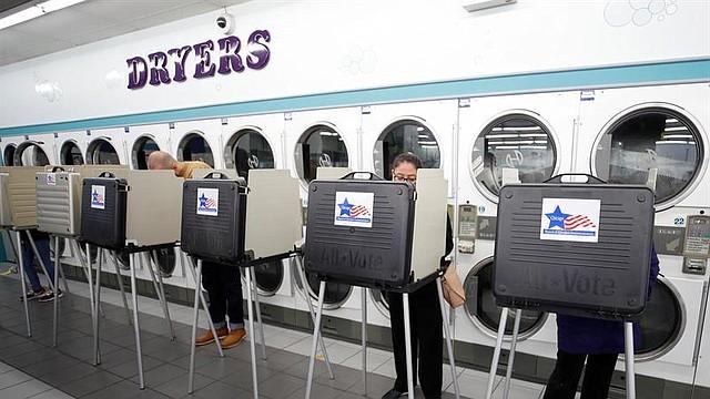 ELECCIONES. Estadounidenses emiten sus votos en la lavandería Su Nueva en Chicago, Illinois (Estados Unidos)