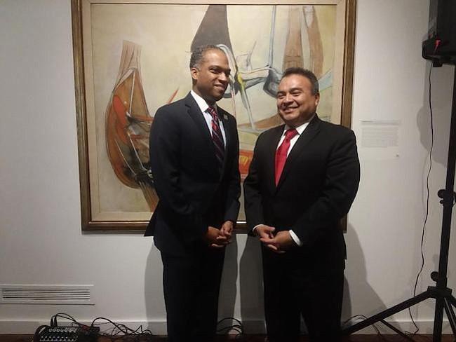 Herencia. El concejal del Distrito 4 de Washington, Brandon Todd, junto secretario general adjunto de la OEA, embajador Néstor Méndez, durante el panel para celebrar la diversidad de Latinoamérica.