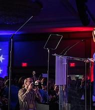 POLÍTICA. Nancy Pelosi, líder de la minoría demócrata de la Cámara de Representantes, reacciona a los primeros resultados de las elecciones de mitad de período de 2018