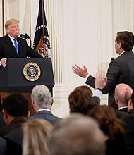 DISCUSIÓN. La discusión se generó porque el periodista preguntó al jefe de Estado por los inmigrantes que viajan en caravana y que desean entrar a Estados Unidos. Trump dijo que sí quieren que entren al país pero legalmente, con procesos según lo establecido en el país norteamericano.