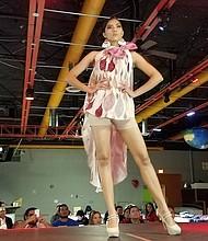 PRENDAS. Por la pasarela del evento del 3 de noviembre desfilaron modelos que exhibían prendas y accesorios confeccionados por diseñadores y artesanos salvadoreños.