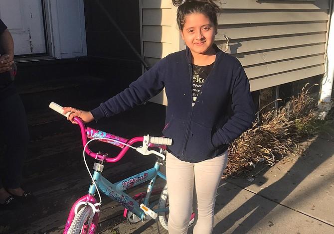 EAST BOSTON: Premian a la niña con asistencia escolar perfecta