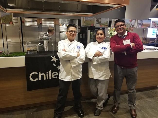 INVITADOS. Santos Joj-Chay y Bersabe Feliciano Madrid de programa culinario de la escuela Carlos Rosario y el chef Luis Alarcón, quien trabaja con la Embajada de México, estuvieron entre los asistentes.