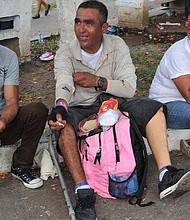 MIGRACIÓN. Geovanni (al centro) toma un pequeño descanso con un par de salvadoreños que también forman parte de la caravana