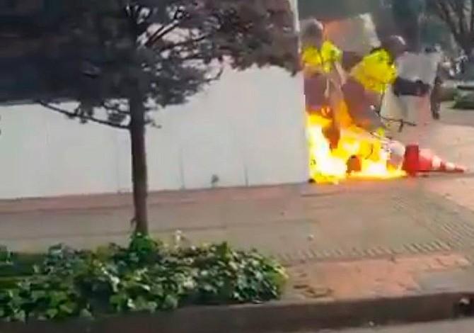 Video | Manifestantes atacaron instalaciones de RCN Radio en Colombia con bombas incendiarias