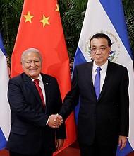 COOPERACIÓN. El presidente salvadoreño, Salvador Sánchez Cerén (i), estrecha la mano al primer ministro chino, Li Keqiang (d), durante su reunión en el Gran Salón del Pueblo, en Pekín (China), el 2 de noviembre de 2018