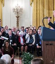 El presidente de los Estados Unidos, Donald J. Trump (d), habla con el reportero de la CNN Jim Acosta (i) durante una conferencia de prensa en la Sala Este de la Casa Blanca en Washington, DC, EE. UU.