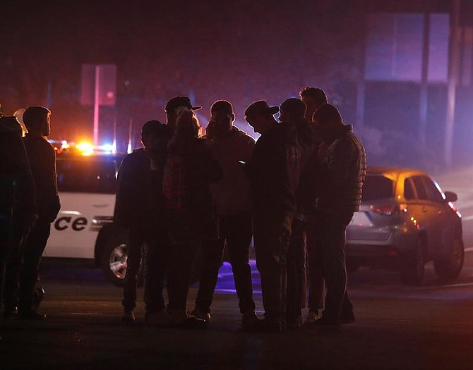 ESTADOS UNIDOS - Amigos de los presentes en el tiroteo del bar Borderline esperan para recibir noticias suyas, en la localidad de Thousand Oaks, California. Al menos 12 personas han muerto en este tiroteo perpetrado por un individuo aun sin identificar, que también ha sido encontrado muerto en el interior del bar.