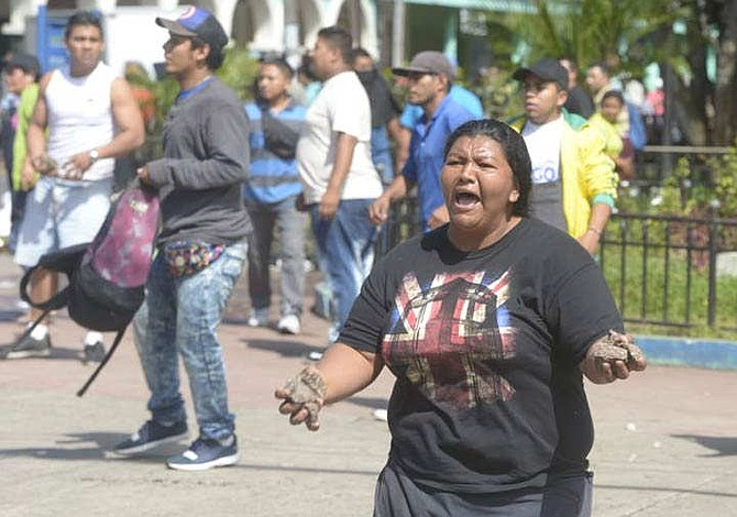 Más de 20 lesionados dejó enfrentamiento entre vendedores informales y agentes del CAM en El Salvador