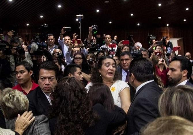 Durante sesión de la Cámara de Diputados en México informaron a diputada del asesinato de su hija