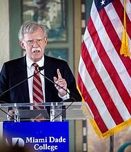 El asesor presidencial estadounidense John Bolton pronuncia un discurso sobre la política de EE.UU. hacia América Latina, en Miami.