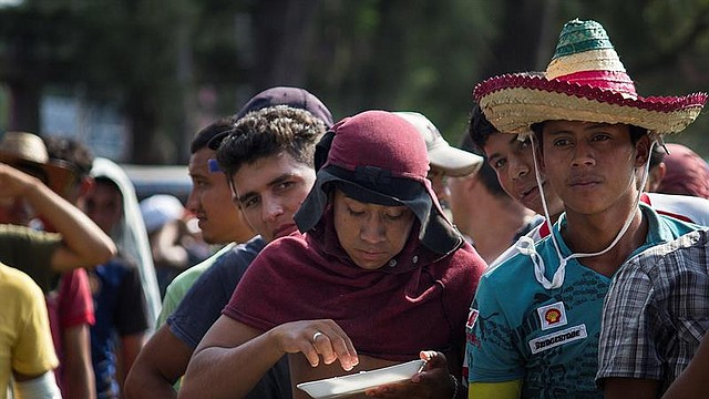 MIGRACIÓN. Miembros de la segunda caravana de migrantes hacen una fila para recibir alimentos, el jueves 8 de noviembre de 2018, en el municipio de Matías Romero, en el estado mexicano de Oaxaca