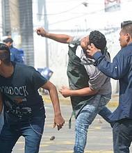 EL SALVADOR - Enfrentamientos entre comerciantes y autoridades. Un joven vendedor junto a sus compañeros se enfrenta a los agentes del CAM.