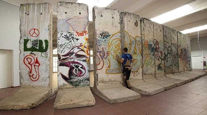 CONMEMORACIÓN. El muro de 45 kilómetros dividía la ciudad de Berlín en dos, mientras que otros 115 kilómetros rodeaban su parte oeste aislándola de la República Democrática Alemana (RDA).