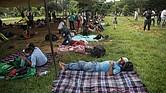 MIGRACIÓN. Miembros de la segunda caravana de migrantes toman un descanso el jueves 8 de noviembre de 2018, en el municipio de Matías Romero, en el estado de Oaxaca, México