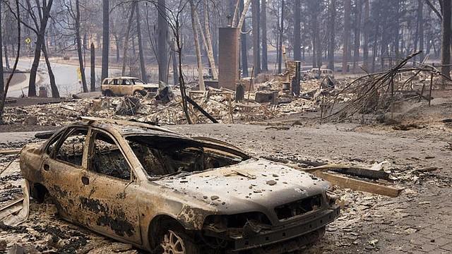 SINIESTRO. Foto de un vehículo quemado en la entrada de una casa en Paradise, California, el 11 de noviembre de 2018